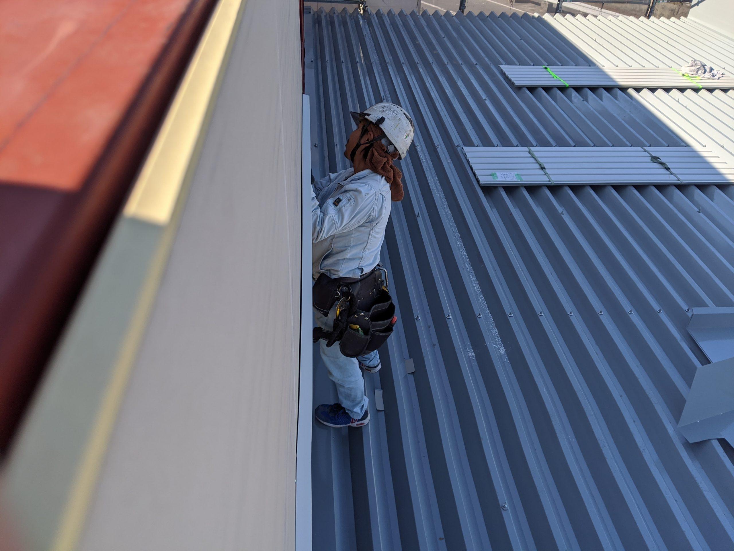 新築大型倉庫外壁角波工事